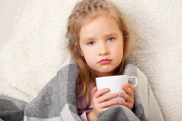 devojcica sa šoljom čaja
