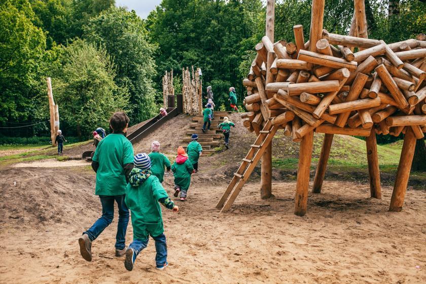 Почему идеальная детская площадка — это не пластиковый замок, а бревна и камни