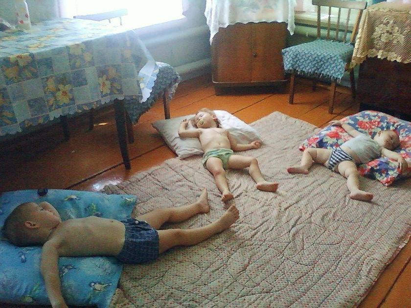 20 очень смешных фото малышей, отдыхающих у бабушки в деревне